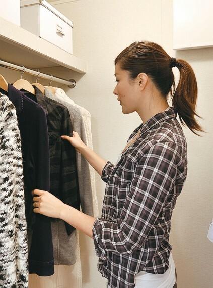 収納 【ウォークインクローゼット】  衣類やカバンはもちろん、季節家電や、スーツケース、お子様の思い出の品などを収納できるウォークインクローゼット。十分な収納力で生活スペースをすっきりとお使いいただけます。