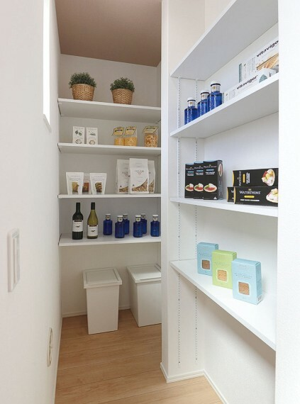 収納 【パントリー】  小物や食材で雑然としやすいキッチンにあると重宝するパントリー。食材のストックやキッチン用品などを収納しておくことができますので、整頓されたキッチンでお料理もはかどります。