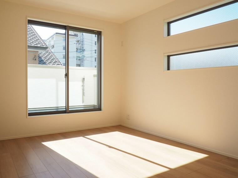 洋室 洋室  7.4帖の洋室  収納スペースが充実しています