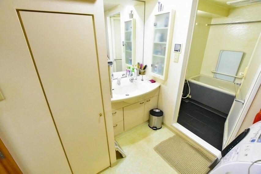 洗面化粧台 収納完備の洗面室~キッチンからの出入りも可能な動線に優れた2wayタイプ
