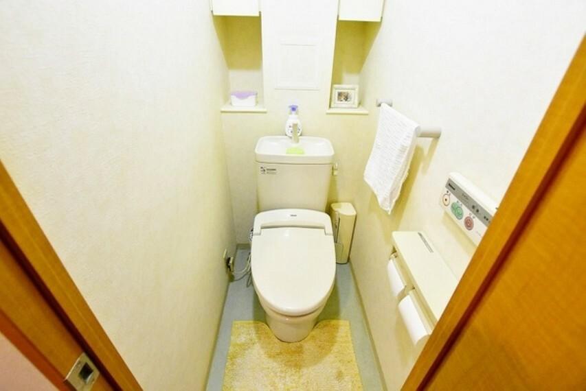 トイレ リモコン付きシャワー便座付お手洗いで快適にお使いいただけます