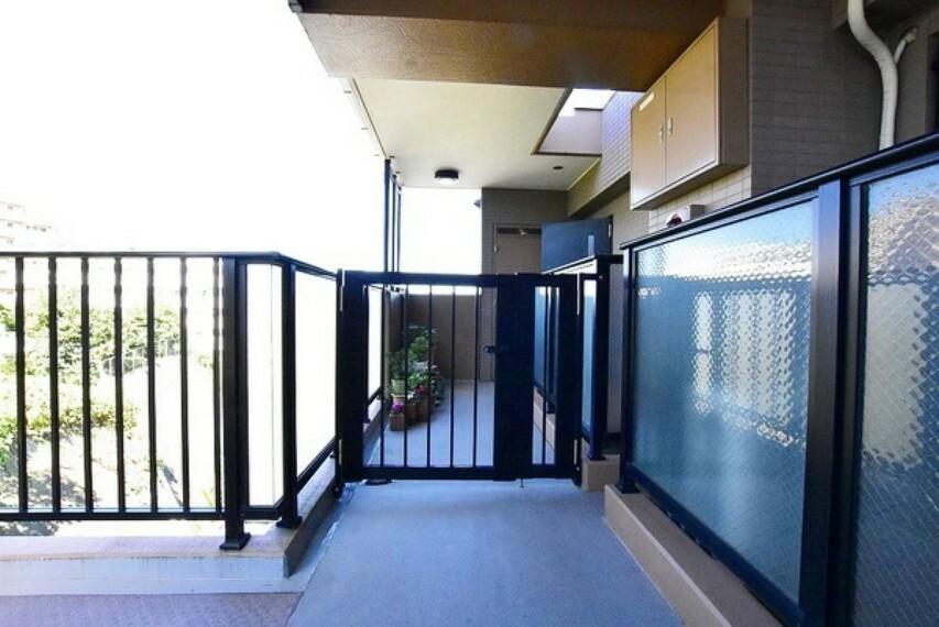 外観・現況 ポーチ付き玄関~プライバシーが保たれた戸建て感覚で暮らせる住まいです