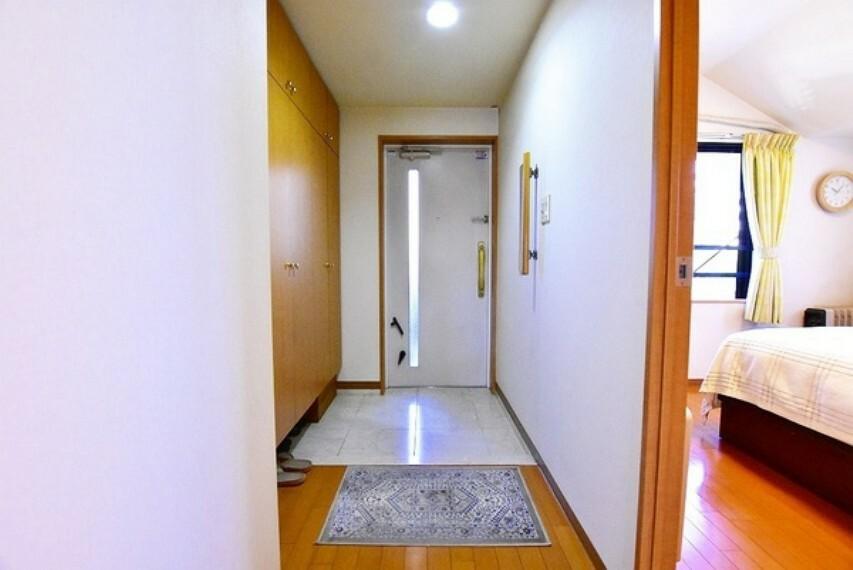 玄関 天井まで続く大容量の玄関収納~家族のたくさんの靴もスッキリと片付き玄関はいつでも綺麗に保てます