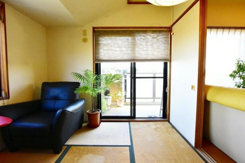 和室 リビングに隣接した6帖の和室は客間としてもお子様の遊び場としても利用できます。