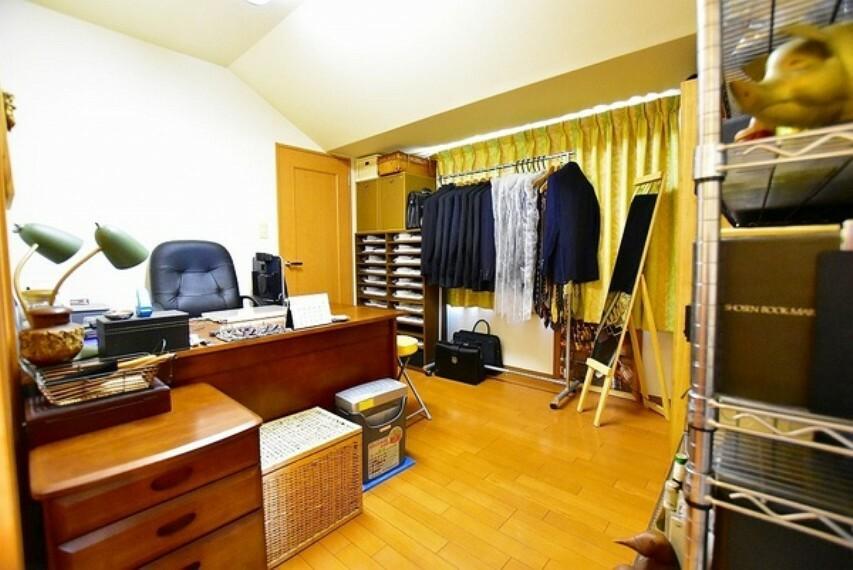 洋室 6帖の洋室~家族一人ひとりの大切なプライベート空間である居室は趣味に合わせて使って頂けるシンプルな空間です