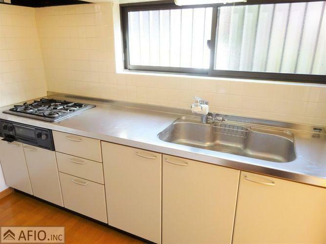 キッチン 大きな窓付きで明るく、広々したキッチン。毎日のお料理も楽しくしてくれますね。