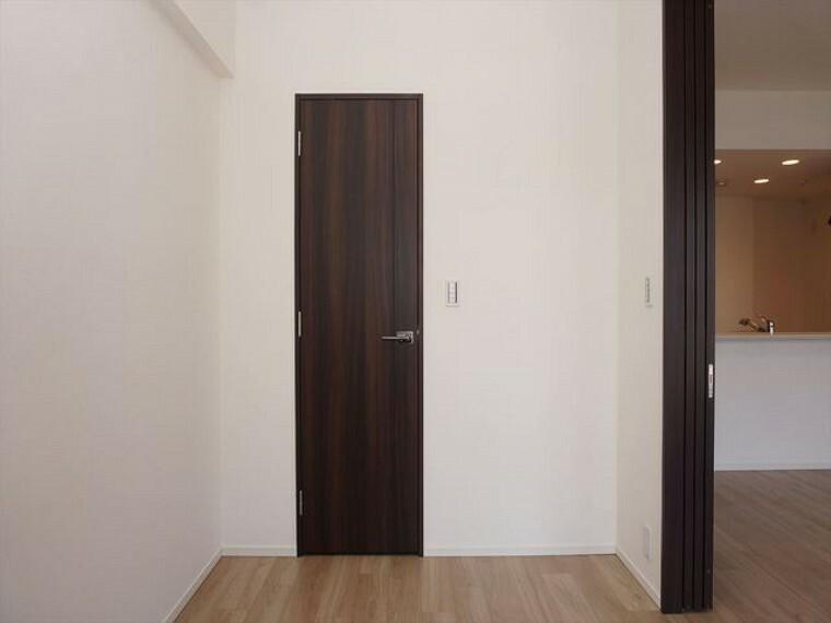 洋室 リビングに隣接した洋室約5帖+WIC
