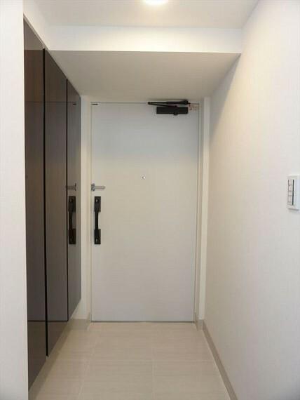 玄関 すっきりとした印象を与えるトール型の玄関収納
