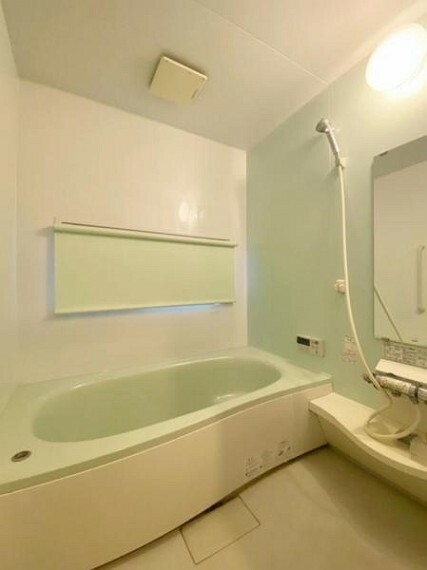 浴室 (浴室)足をのばしてゆったり入れるユニットバス。お子様と入って楽しいバスタイムを