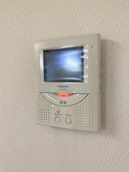 防犯設備 (TVモニター付きインターホン)相手の顔を見ながら落ち着いて対応できるTVモニター付きインターホン付き!
