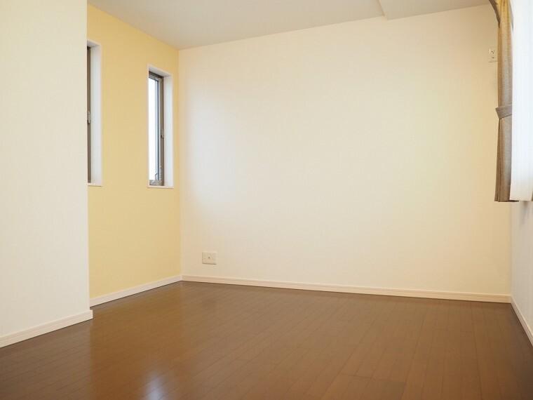 洋室  8.04帖の洋室  収納スペースが充実しています