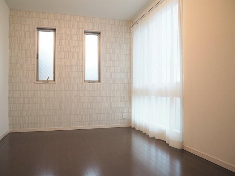 洋室 6.02帖の洋室  2面採光のお部屋は明るく風通しが良いです 収納もしっかり出来ますよ!