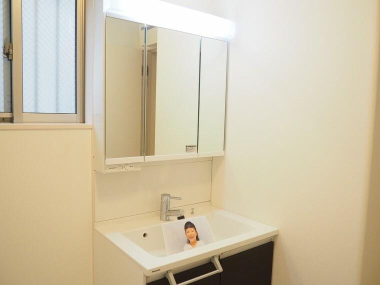 洗面化粧台 洗面所  三面鏡付き洗面化粧台  朝の身支度もラクラクです