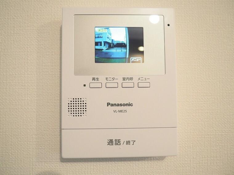 防犯設備 カラーモニタ付インターホン  訪問者の顔が確認できるので安心です