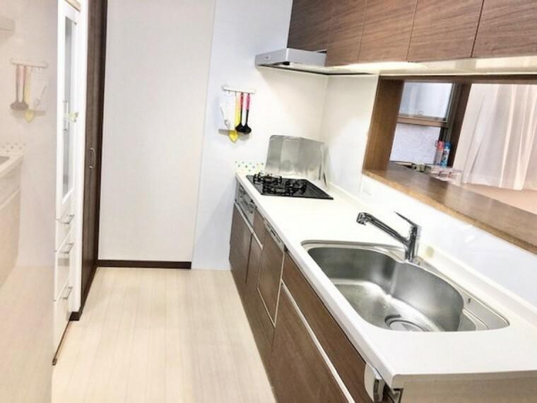 キッチン 食洗機付のシステムキッチン。ワークトップは人造大理石。キッチンの奥にはパントリーがございます。浄水器付きで毎日おいしいお水が飲めます