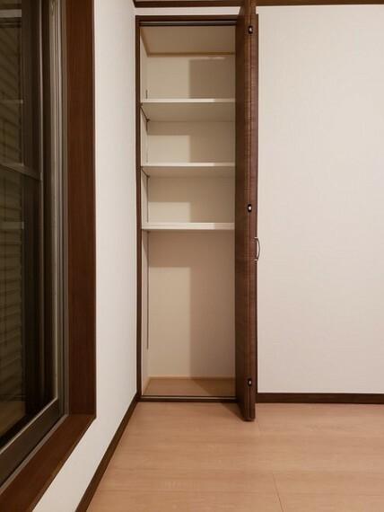 収納 キッチンパントリー収納完備。散らかる調味料などもきれいに収納!4段に分かれており、柔軟に対応できます