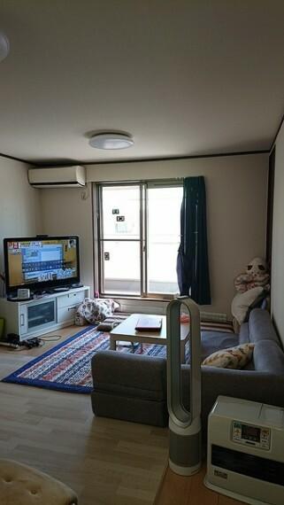 居間・リビング 南側に設置された窓から明るい光が入ってきて、明るいリビングになっております。