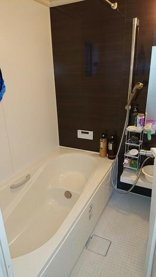 浴室 広い浴槽がのバスルームです。