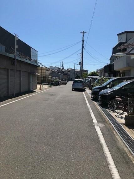 現況写真 前面道路はかなりゆとりがあるので、駐車の際も安心です!