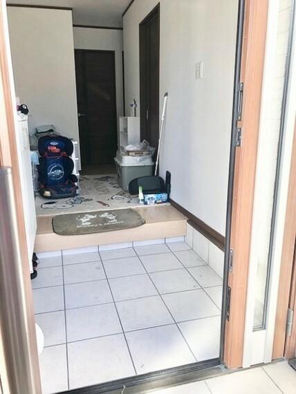 玄関 親子扉で左右両方開きます 奥行きがあり、玄関がきれいに見えますね
