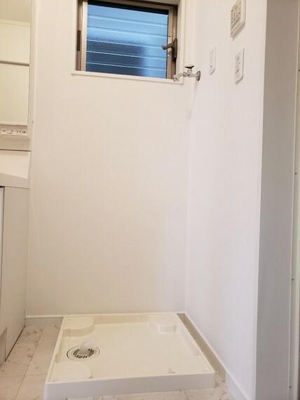 洗面化粧台 洗面所に窓がついているので、換気も簡単にできます。