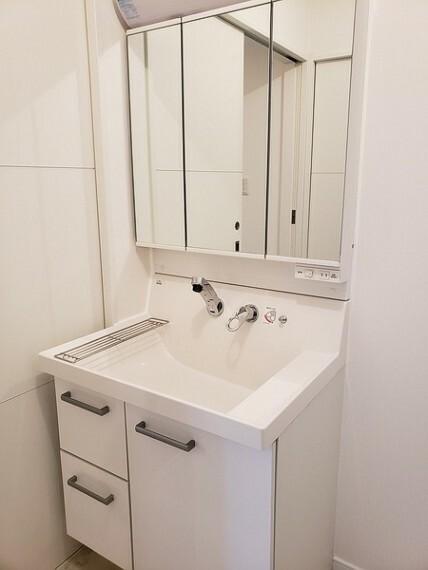 洗面化粧台 三面鏡タイプ。清潔感のある真っ白な洗面台です。