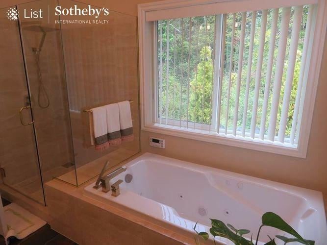 浴室 主寝室のバスルーム、シャワーブース付き
