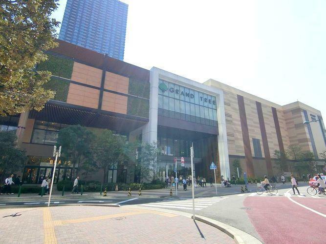 ショッピングセンター GRANDTREE MUSASHIKOSUGI 徒歩5分。