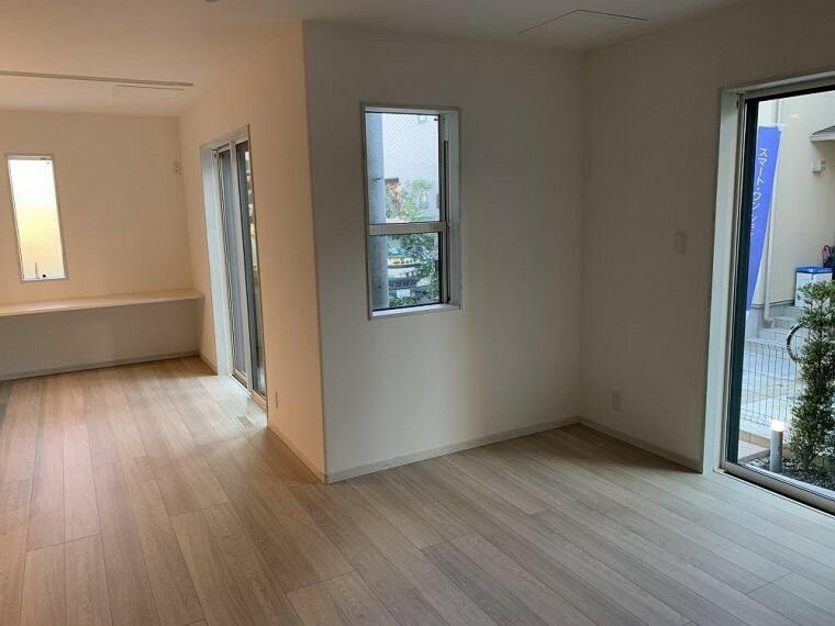 居間・リビング 大きな窓は開放感を演出、たっぷりの陽光が心地よく快適に寛げそう