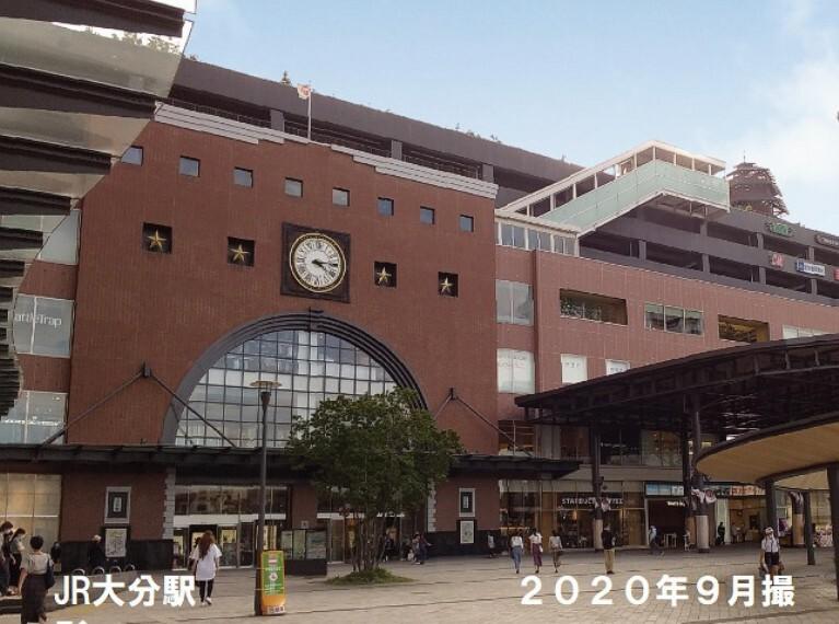 日豊本線、久大本線、豊肥本線の計3路線が乗り入れる、大分市の代表駅です。1500m、2020年9月撮影