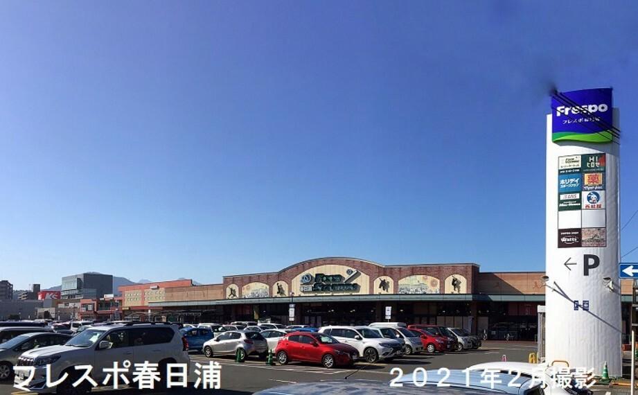 ショッピングセンター スーパーマーケット(トキハインダストリー)を中心とした、ホームセンター、ドラッグストア、スポーツクラブなどの複合商業施設です。600m、2021年2月撮影