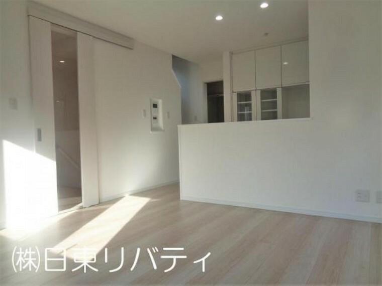居間・リビング 都市型3階建て、2階がリビングのお家です。