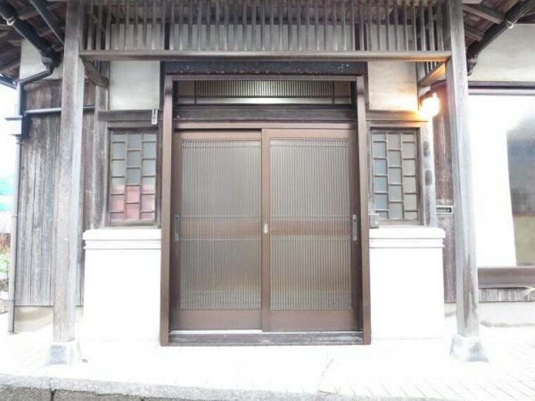 玄関 玄関は、鍵交換して、モニター付きインターホンを設置しました。来客時にお客様を確認できて安心ですね。