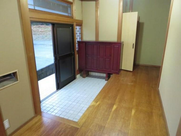 玄関 玄関ホールは、綺麗にクリーニングしました。開放的な空間になっています。荷物が多いときなども助かりますね。
