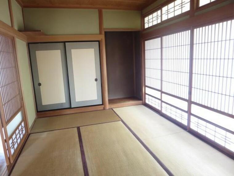南側の和室は、きれいにクリーニングしました。縁側の大きな窓から光が入るので、お客様をお迎えするのにピッタリです。