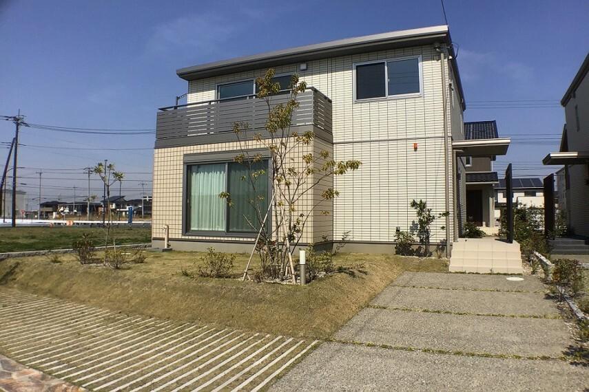 現況外観写真 No.82-20_外観(撮影_2021年3月)7.35kWの大容量太陽光発電システム搭載や塗り替え不要のタイル外壁で家計に優しい住宅です。南向きの広いお庭でご家族バーベキューをどうぞ。