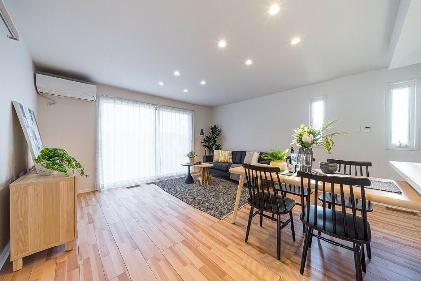 居間・リビング No.82-20_LDK(撮影_2021年3月)19.3畳のLDKは南向きの明るい空間です。玄関からこのリビングを通って階段室に向かいます。ダイニングテーブルやソファ、テレビボードなども付いてます。