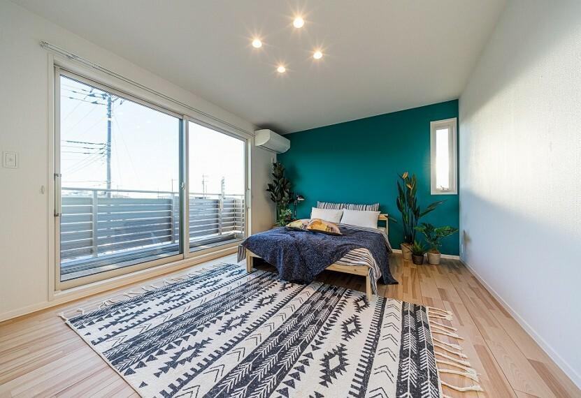 寝室 No.82-20_主寝室(撮影_2021年3月)10.5畳の主寝室はバルコニーに出る大型窓があります。アクセントクロスのおしゃれな空間。ベッド、ラグやエアコン、LEDダウンライトも装備です。