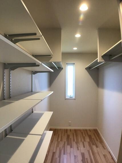 収納 No.82-20_主寝室ウォークインクローゼット(撮影_2021年3月)3.5畳の大型収納です。ハンガーパイプの他に小物整理に便利な可動棚もあります。