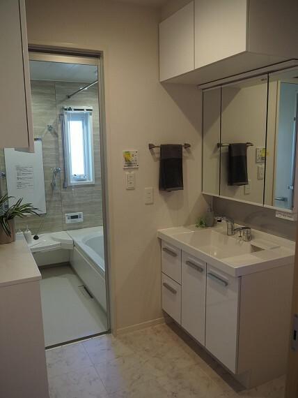 洗面化粧台 No.82-20_洗面所(撮影_2021年3月)洗面所はキッチンのすぐ隣り。家事動線重視です。洗面には吊戸棚があり、背面にはリネン庫があるので着替えやタオル、洗剤など豊富にストックできます。