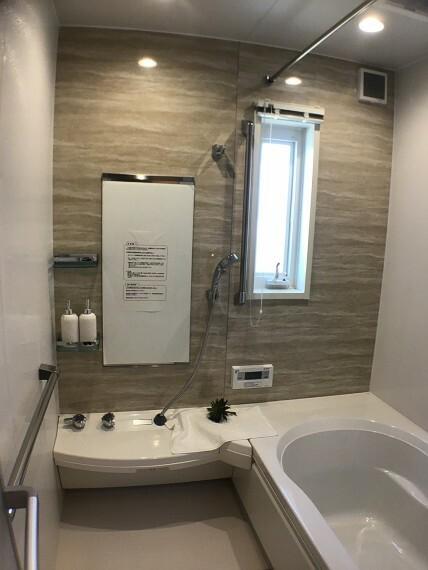 浴室 No.82-20_浴室(撮影_2021年3月)おしゃれなアクセント壁付きのバリアフリーバス。浴室乾燥暖房機や断熱フタもあります。手すりもたくさんあり、安心です。