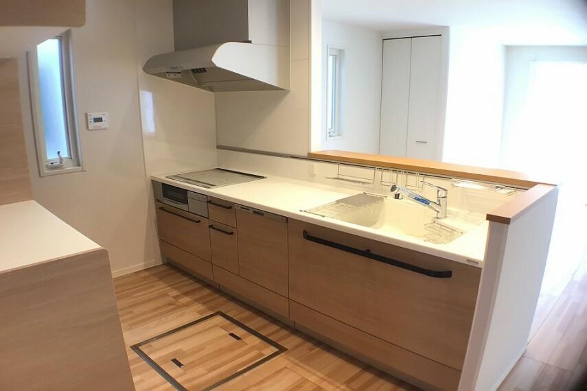 キッチン No.82-18_キッチン(撮影_2021年3月)人気の対話型です。人造大理石一体型シンクやIHクッキングヒーターはお手入れが楽です。浄水器、食器洗い機も装備。