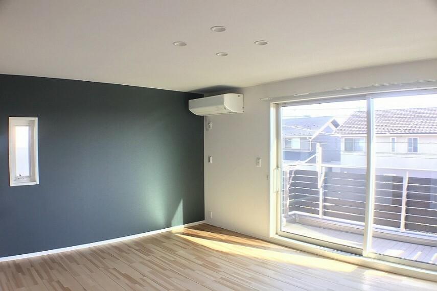 寝室 No.82-18_主寝室(撮影_2021年3月)9.5畳の主寝室はバルコニーに面した陽当りの良い空間です。LEDダウンライトやエアコンも付いてます。