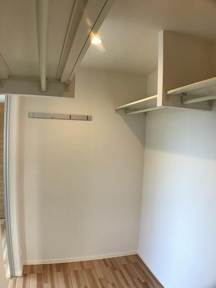 収納 No.82-18_主寝室ウォークインクローゼット(撮影_2021年3月)2.6畳のウォークインクローゼットは洋服をはじめお手持ちのタンスごと収納も可能です。小窓も付いた明るい空間です。
