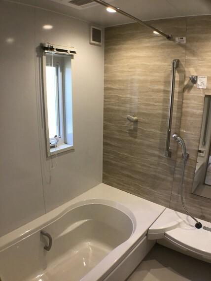 浴室 No.82-18_浴室(撮影_2021年3月)バリアフリーバスはアクセント壁とダウンライトで落ち着きのある空間です。浴室乾燥暖房機や断熱フタも付いています。