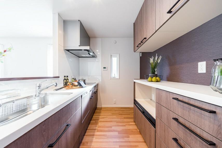 キッチン N-10_キッチン(撮影_2020年9月)家族との会話が弾む対面式キッチン。 食器洗い乾燥機付きで冬場の手荒れも軽減できます!