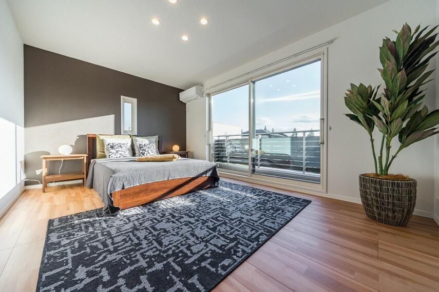 寝室 N-10_主寝室(撮影_2020年9月)南面大開口で明るく見晴らしの良い主寝室。約3.4畳の大型ウォークインクローセット付きです!