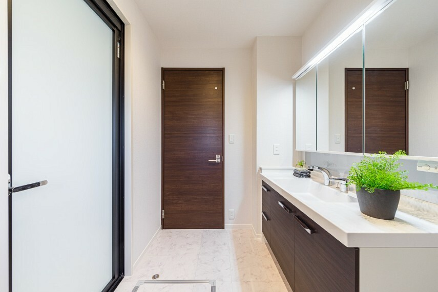 洗面化粧台 N-10_洗面(撮影_2020年9月)やや幅広な洗面台は三面鏡付きのスタイリッシュなデザインです!