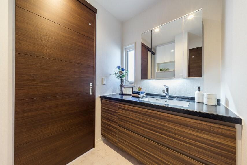 洗面化粧台 S-36サニタリー(撮影/2020年3月)アクセントパネルが印象的な浴室。ゆったりサイズの浴槽でリラックスタイムをお過ごしください!