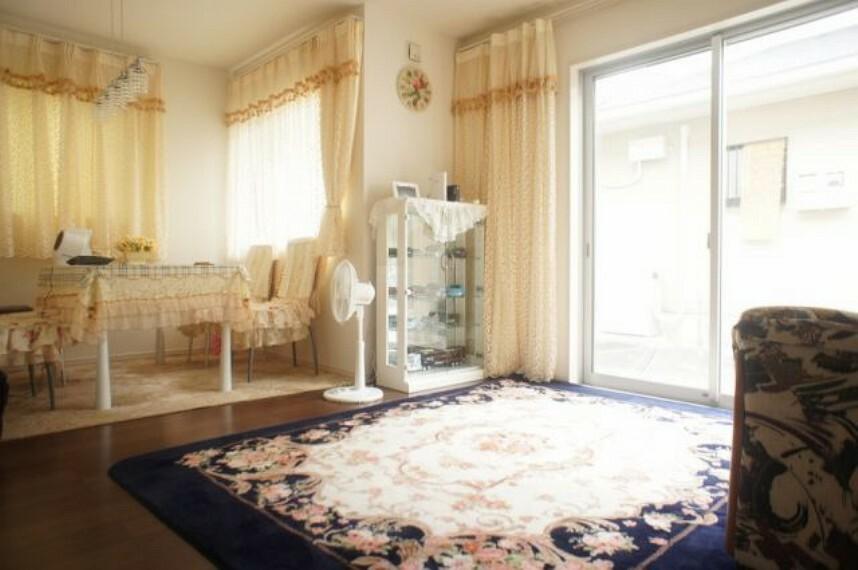 居間・リビング 日当たりもよく明るいリビングです。